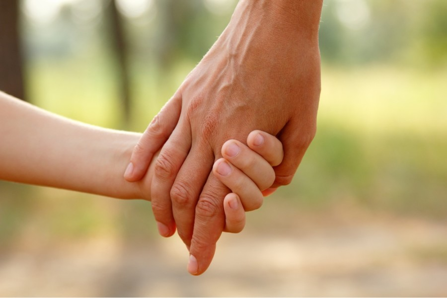 holding-hands-mom-and-child-900x600